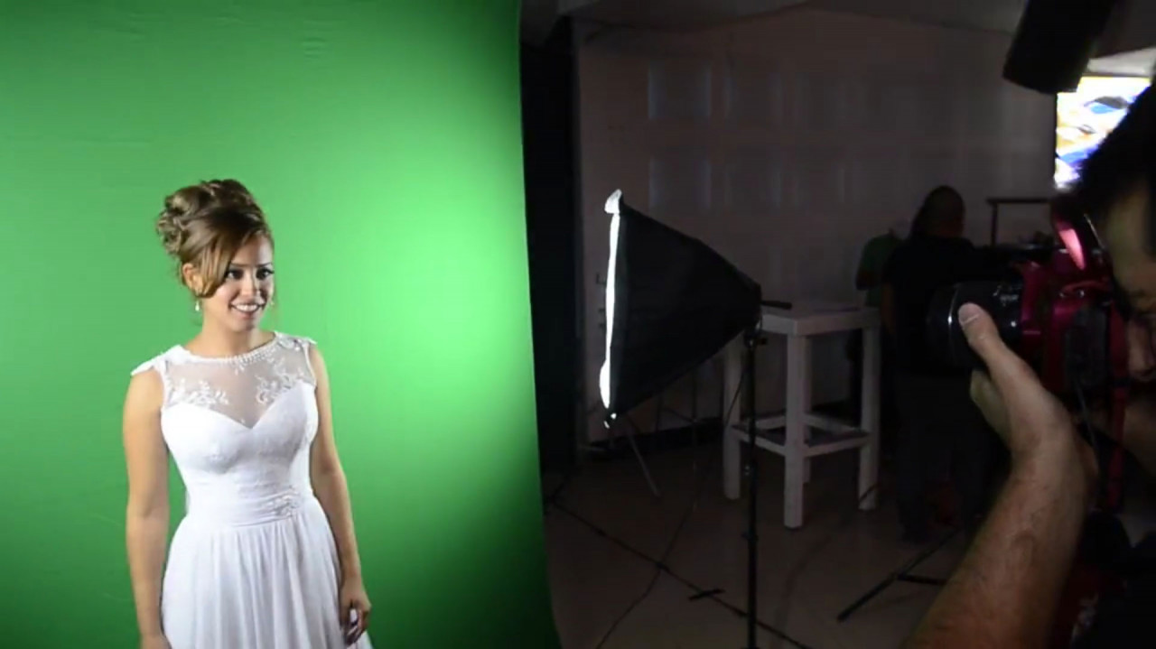 Bobble Heads Station: Taking a photograph against a green screen